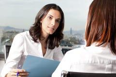 Consulta con el agente de seguro Fotografía de archivo libre de regalías