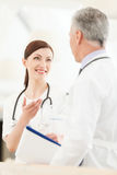 Consulta con un colega. Doctor de sexo femenino joven que substituye Fotografía de archivo