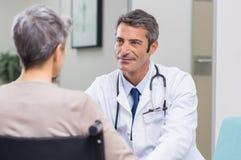Consulta del paciente del doctor imagenes de archivo
