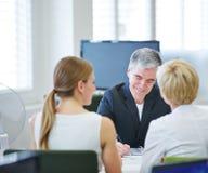 Consulta del seguro de negocio en oficina imagen de archivo libre de regalías