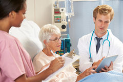 Consulta do doutor Utilização Digital Tabuleta com paciente superior Fotografia de Stock Royalty Free