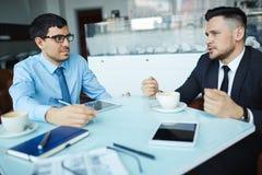 Consulta dos homens de negócios fotos de stock royalty free