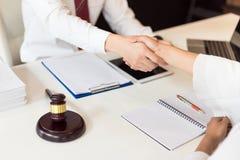 Consulta entre um advogado masculino e executivos do cliente fotografia de stock