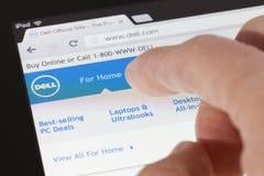Consultando o Web page de Dell em um ipad Fotografia de Stock Royalty Free