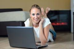 Consultando a Web Foto de Stock Royalty Free