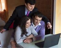 Consultant en matière d'investissement avec les couples adultes Photographie stock libre de droits