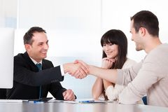 Consultant shaking hands with a man Royalty Free Stock Photography