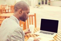Consultante de investimento do homem que analisa o relatório financeiro da empresa Foto de Stock Royalty Free