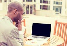 Consultante de investimento do homem que analisa o relatório financeiro da empresa Imagem de Stock Royalty Free
