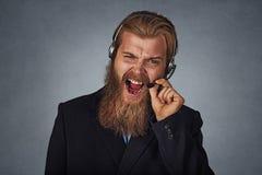 Consultante do homem da gritaria do centro de atendimento exasperado imagem de stock royalty free