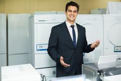 Consultante na seção dos aparelhos eletrodomésticos Fotografia de Stock