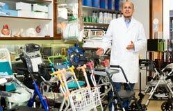 Consultante profissional idoso que oferece bens ortopédicos Imagem de Stock