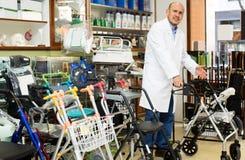 Consultante profissional idoso que oferece bens ortopédicos Fotos de Stock Royalty Free