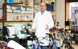 Consultante profissional idoso que oferece bens ortopédicos Fotos de Stock