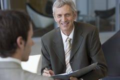 Consultante que fala com um cliente Fotografia de Stock Royalty Free