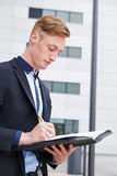 Consultante que verifica o contrato no dobrador Imagem de Stock Royalty Free