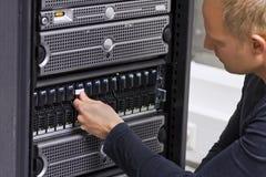 Consultante Working da TI com SAN e servidores Imagem de Stock Royalty Free
