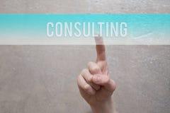 Consultation - doigt appuyant sur le bouton bleu images stock