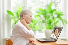 Consultation en ligne de docteur de douleur cervicale de femme Photo libre de droits