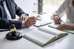 Consultation et conf?rence de femme d'affaires professionnelle et d'avocats masculins fonctionnement et discussion ayant au cabin photographie stock libre de droits