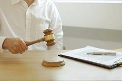 Consultation pour des avocats et la coopération d'affaires photographie stock libre de droits