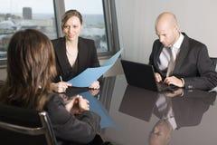 Consultazione con l'agente di assicurazione Fotografia Stock