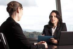Consultazione con l'agente di assicurazione Immagini Stock