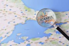 Consultazione con la mappa della lente d'ingrandimento di Costantinopoli fotografia stock libera da diritti