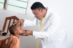 Consultazione dei bambini Fotografie Stock Libere da Diritti