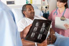 Consultazione del dottore Using Digital Tablet In Fotografia Stock Libera da Diritti