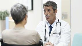 Consultazione del paziente di medico archivi video