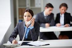 Consultazione del telefono Fotografia Stock