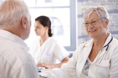 Consultazione di sanità alla vecchiaia immagine stock