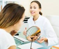 Consultazione nel centro estetico della medicina Fotografia Stock