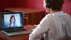 Consultazione online principale della donna video concetto di telelavoro stock footage