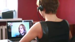 Consultazione online principale della donna video concetto di telelavoro archivi video