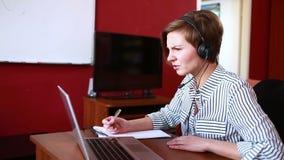 Consultazione online principale della donna video concetto di telelavoro video d archivio