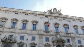 Consulte el palacio Ventanas viejas hermosas en Roma (Italia) 4K metrajes