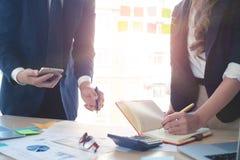 Consulte o conceito da finança do mercado, reunião de negócios colhida do tiro foto de stock