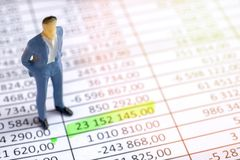 Consulte o conceito financeiro Manequim do homem de negócio que aponta no papwework imagens de stock