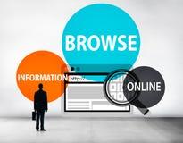 Consulte o navegador que procura o conceito da Web da conexão da informação fotos de stock royalty free