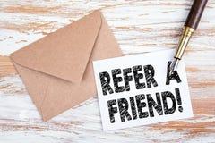 Consulte um amigo Letra e pena de papel fotografia de stock royalty free