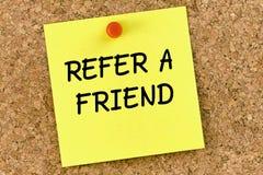 Consulte uma nota de post-it do amigo fixada a Cork Board ou ao corkboard foto de stock