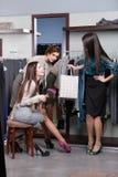 Consulter des amis au sujet des chaussures neuves Photo stock