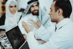 男性医生Consulting在医院的Arabic Family 图库摄影
