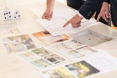 Consultor de las propiedades inmobiliarias que presenta ofertas imágenes de archivo libres de regalías