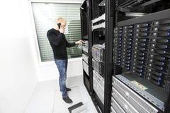 Consultor de las TIC que soluciona problema con la ayuda en datacenter Imagenes de archivo