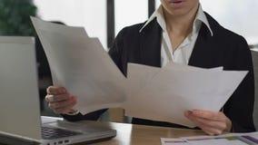 Consultor financiero subrayado que compara los documentos de las cartas que trabajan la oficina, informe almacen de video