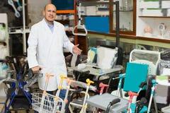 Consultor que presenta cerca del equipo ortopédico Imagen de archivo libre de regalías