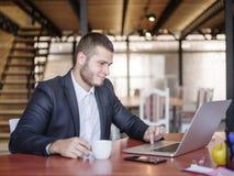 Consultores empresariais ao trabalhar em uma equipe Um grupo de trabalhadores novos em uma reunião na sala de conferências da emp foto de stock
